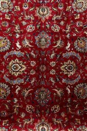 Persisk Trabiz, Semiantik, signeret. 385 x 300 cm - Dk, Esbjerg, Oddesundvej - Persisk Trabiz. Semiantik, signeret tæppe. Håndknyttet, udført af uld på bomuldsbund med klare farver, rigt prydet med florale mønstre samt dyremotiver. Mål ca. 385 x 300 cm. Fremstår med aldersrelaterede brugsspor, enkel - Dk, Esbjerg, Oddesundvej