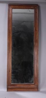 Stort spejl med ramme af ådret træ
