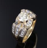 Brillant- og diamantring af 18 kt. guld og hvidguld, i alt ca. 2.00 ct