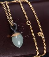 Ole Lynggaard. 'Lotus' vedhæng af oxideret sterlingsølv og 18 kt. guld med grøn akvamarin samt halskæde af 18 kt. guld (2)