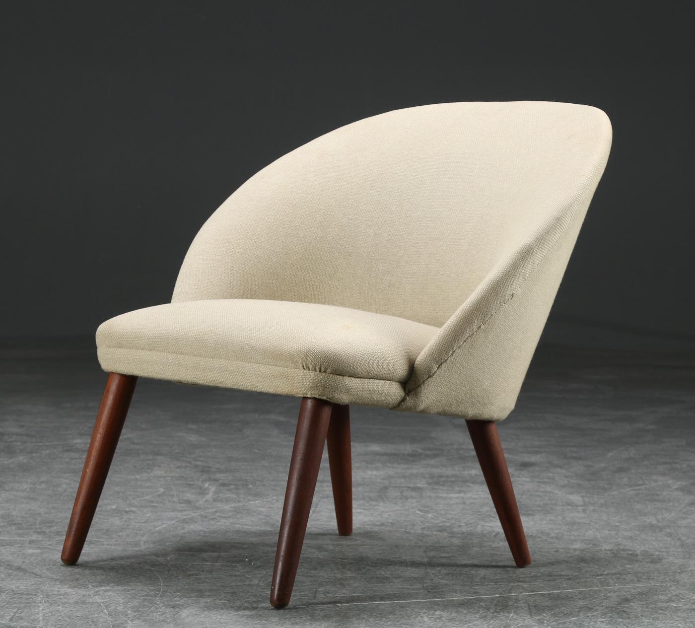 Grydeformet lænestol, teak, 1950erne, dansk møbeldesign - Grydeformet lænestol, betrukket med uld, runde tilspidsede ben af massiv teak. 1950erne, dansk møbeldesign. Alm. brugsspor