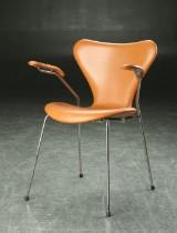 Arne Jacobsen, armstole, model 3207, 'Syveren', betrukket med cognac-farvet læder