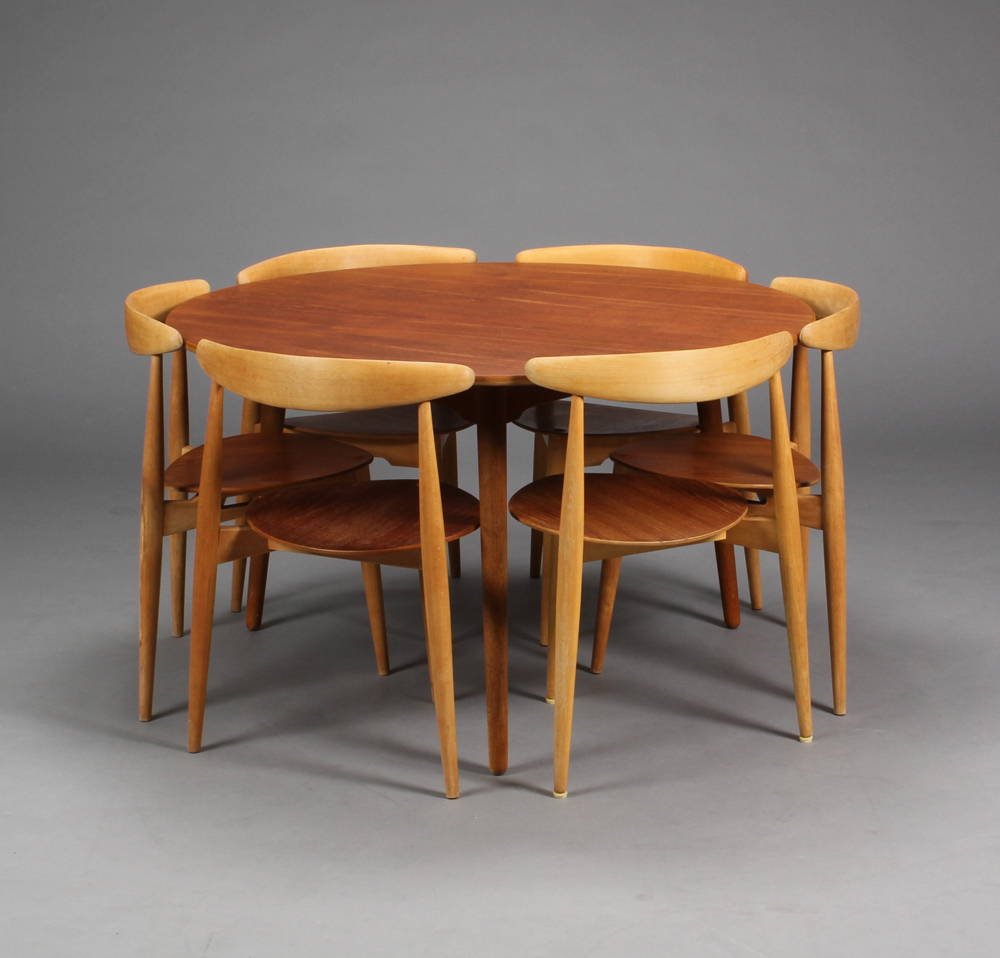 Hans J. Wegner. Three Legged Heart Table And Six Chairs (7) | Lauritz.com