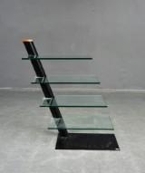 Lourens Fisher, fristånde hylla i metall och glas