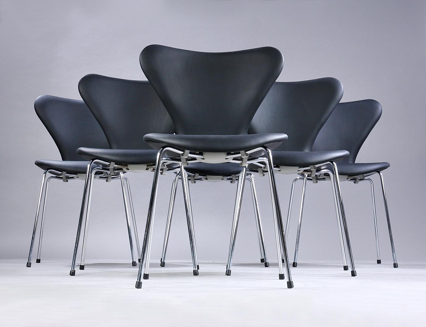 Arne Jacobsen. Et sæt på seks stole 'Syveren', model 3107
