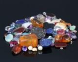 Samling smykkestene m.v., bl.a. lapis lazuli, citrin, ametyst
