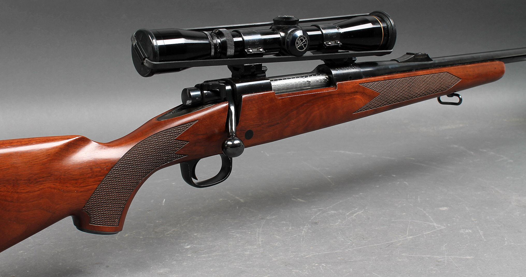 Jagtriffel Winchester Model 70 XTRa i kaliber .30-06 (7,62x63mm) med Leupold sigtekikkert - Våbennummer G1489151. Fremstår velholdt. Winchester Jagtriffel Model 70 XTRa, i kaliber .30-06 (7,62x63mm) og med Leupold 2-7x36 sigtekikkert med coatede linser og trådkors. Fast montage, korn og kærv derfor afmonteret. Cylinderlås med fast...