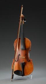 Gammel håndbygget violin mærket Ann 1815 samt indskription angående reparation 1912, tilhærende bue.