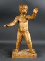 Ubekendt kunstner. Skulptur af stående dreng, patineret sandsten, 1933