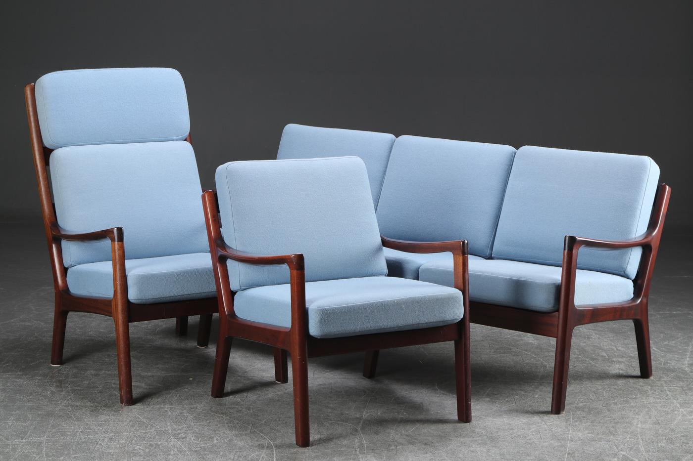 Ole Wanscher. Tre-pers sofa samt to lænestole, Senator serien - Ole Wanscher. Tre-pers. sofa med stel af mahogni, løse hynder betrukket med møbelstof, H. 84 B. 182 sædehøjde 45 cm. To tilhørende lænestole mål hhv. H. 108 B. 68 sædehøjde 45 cm. samt H. 82 B. 68 sædehøjde 45 cm. Fremstillet hos P....