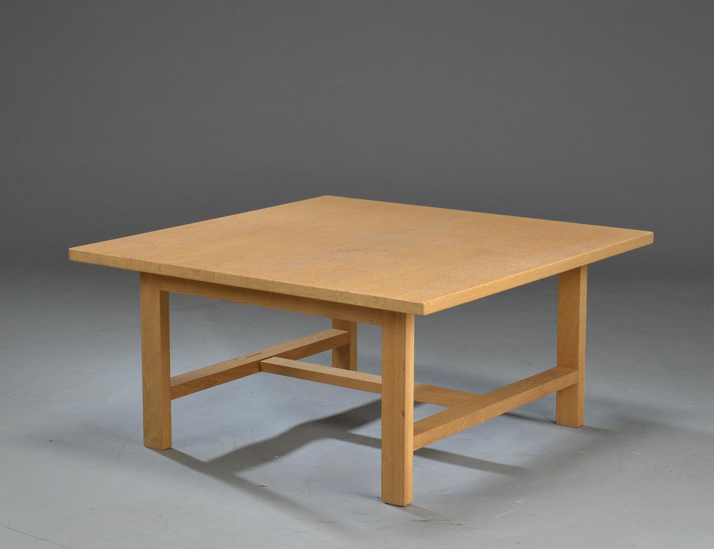 Auktionstipset - Hans J. Wegner: Kvadratisk sofabord af eg