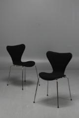 Arne Jacobsen, stolar 3107 'Sjuan', halvklädda, ull, 2 st