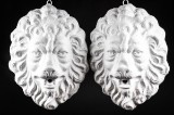 Par vægmonterede løvehoveder af bemalet kunststen (2)