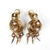 Örhängen ett par 18 k guld med pärlor