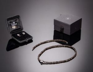 2963af77d9b Halskæde og armbånd i røgkvarts med kuglelås samt ørestikker af hvidguld og  røgkvarts, Ole Lynggaard