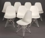 Charles Eames. Sæt på otte skalstole med gennemfarvede skaller af hvidt plast, model DSR (8)