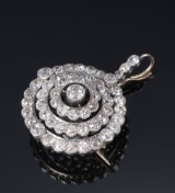 Diamond brooch / pendant, 18 kt gold and silver, total approx. 5.97 ct. Early 20th century
