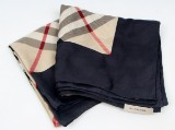 Burberry. Silketørklæde i klassisk mønster.