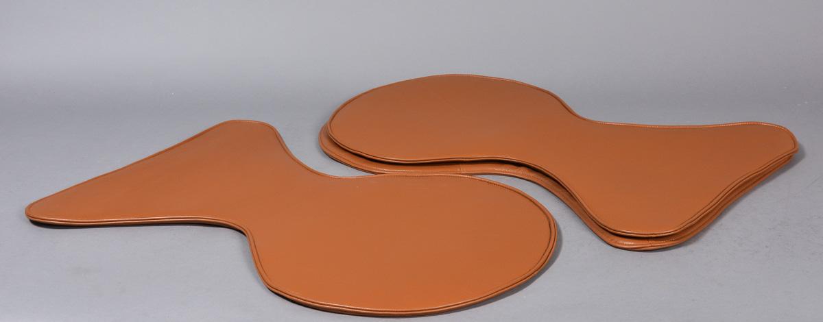 Tre overtræk af semianilin cognacfarvet læder til Arne Jacobsens syverstol, model 3107 - Tre overtræk m/ lynlås af semianilin cognacfarvet læder til Arne Jacobsens syverstol, model 3107. Udstillingsmodeller, fremstår med enkelte brugsspor