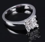 Diamantring af 18 kt. hvidguld med prinsesseslebne diamanter, i alt ca. 0.80 ct