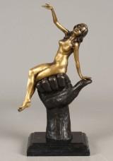 Figur af bronze forestillende ung kvinde