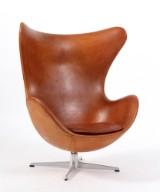 Arne Jacobsen. Ægget, tidlig model 1960erne. Loungestol med cognacfarvet  anilin læder