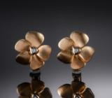 Blomster øreclips af guld 14 kt. Ole Lynggaard. (2)