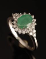 Ring, 9 kt guld med rosét med smaragd