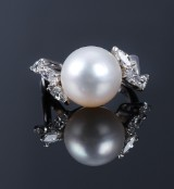 South Sea pearl and diamond cocktail ring, 18 kt. white gold, total approx. 1.00 ct. Pearl Ø 12.27 mm
