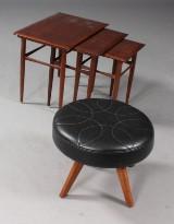 Dansk møbelproducent. Skammel samt indskudsbord (2)
