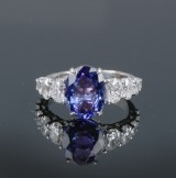 18 kt. white gold ring with tanzanite approx. 3.40 ct., diamonds, total approx. 2.20 ct.