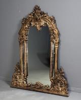 Spejl i rigt udskåret ramme af træ, 1900-tallets anden halvdel