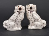 Par engelske hunde, mrk. Staffordshire Ware, 1900-tallet (2)