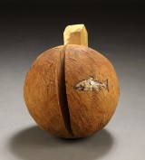 Jørn Rønnau, skulptur af udskåret træ i form klode med hus (cd)