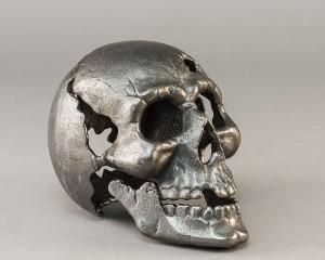 Kranie udført af håndstøbt bronze - Dk, Næstved, Gl. Holstedvej - Kranie udført af håndstøbt bronze, h. 17 cm. Af nyere dato - Dk, Næstved, Gl. Holstedvej