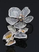 La Reina. Stor 'Art du Jour' diamantbroche af gråsort guld, i alt ca. 36.80 ct. L. 8,6 cm
