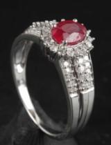 Ring med diamanter og behandlet rubin