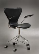 Arne Jacobsen. Bürostuhl mit Armlehnen, Modell 3217 aus Anilinleder, von 2015, mit Nummernzertifikat