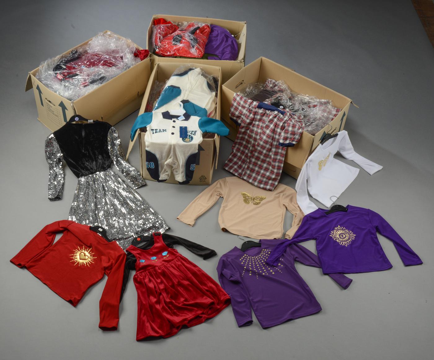 Parti med børnetøj Ca. 200 dele - Parti børnetøj, assorteret størrelser. Ubrugt, flere med labels. Ca. 200 dele