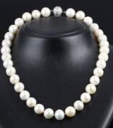 A South Sea cultured pearl necklace, saltwater cultured pearls with diamond ball clasp, total approx. 2.00 ct. Pearl Ø approx. 12.58 -13.35 mm