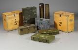 Ammunitionskasser samt granathylstre af metal og træ (10)
