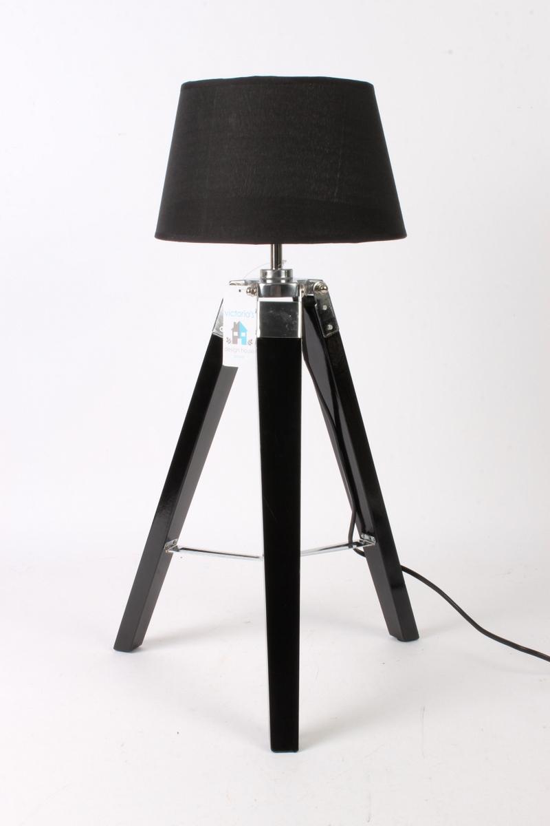 Wiinback lille bord/gulvlampe. Gulvlampe på trefod - Wiinback bord/gulvlampe,på trefod i sortbemalet træ med sort stof skærm, lav højde, som vist på foto 59 cm, omkreds på lampeskærm 24 cm