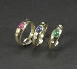 Et sæt ringe i guld med farvede sten (3)