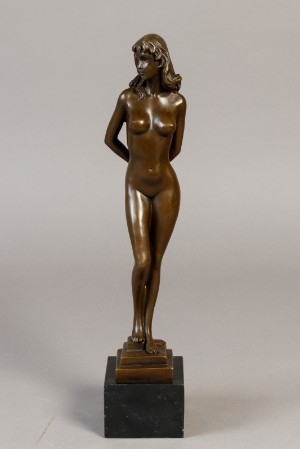 Bronze figur af nøgen kvinde - Dk, Næstved, Gl. Holstedvej - Bronze figur af stående nøgen kvinde. Monteret på firkantet sokkel af sort marmor h. 37 cm. Nick - Dk, Næstved, Gl. Holstedvej