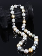 South Sea and Tahitian cultured pearl necklace, multicoloured saltwater cultured pearls, diamond clasp. Pearl Ø approx. 11.01 - 13.40 mm