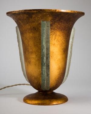 Bordlampe/lampe, metal og smelteglas, art deco, 1920'erne/30erne - De, Köln, Kunst- Und Auktionshaus Herr - Bordlampe i art deco-stil, guldpatineret metal og smelteglas, 1920'erne/30'erne, formentlig Frankrig. Prydet med smelteglasplader, der er bearbejdet i sandlag og groft tilhugget på kanterne, håndlavet. Med t - De, Köln, Kunst- Und Auktionshaus Herr