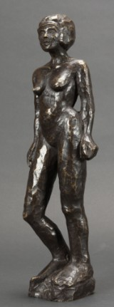 Ubekendt kunstner. Stående kvinde. Figur af patineret bronze.