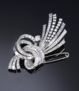 A French diamond brooch, 18 kt. white gold, total approx. 5.00 ct., mid-20th century