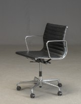 Charles Eames. Kontorstol med sort læder, model EA117