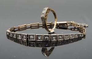 Art Deco armlænke med diamanter, samt ring med diamanter - Dk, Odense, Kratholmvej - Art Deco armbånd udført i 14 kt. guld og hvidguld, prydet med 15 old-cut diamanter. Samlet ca. 0.20 ct. Farve: Wesselton/H. -Crystal/J. Klarhed: P1-2. Lukke er monteret med sikkerheds hasp. Omkreds ca. 16 cm. Vægt ca. 6,4 gram - Dk, Odense, Kratholmvej